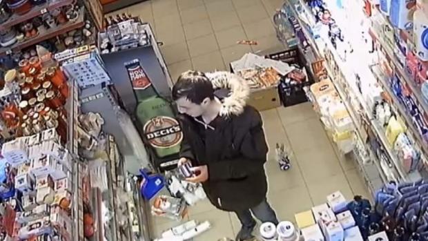 Foto: Furt din magazin, filmat de camerele de supraveghere. Cine îl cunoaşte de individ, să anunţe Poliţia