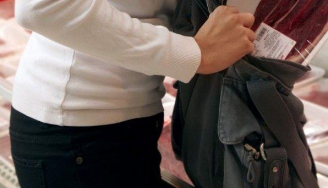 Foto: Minoră din Constanţa, arestată după ce a furat haine în valoare de peste 4.000 de lei