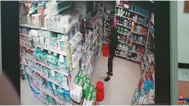 VIDEO! Surprins de camera de supraveghere în timp de golea un magazin din Constanța - furtmagazinecamera-1591958015.jpg
