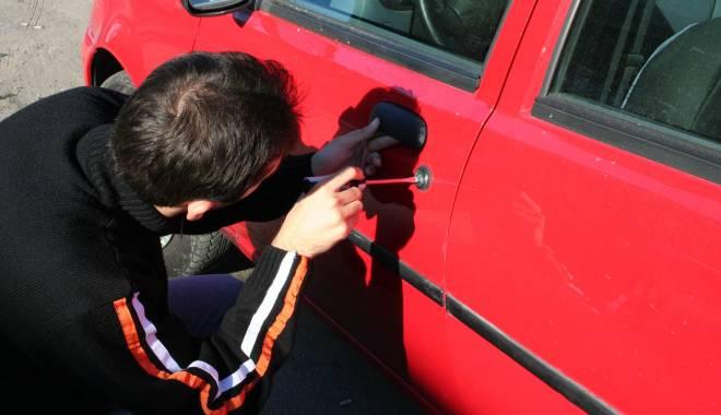 Foto: Prins cu acumulatorul auto furat, pe stradă