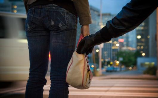 Foto: Cum a rămas o femeie din Constanţa fără poşetă, carduri şi bani, în plină stradă