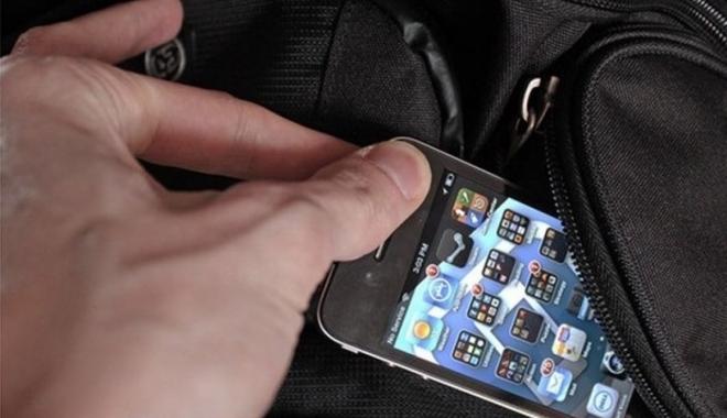 Foto: Un elev de liceu i-a furat telefonul mobil unui coleg