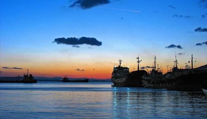 Foto: Furtuna a dat cap în cap trei tancuri petroliere