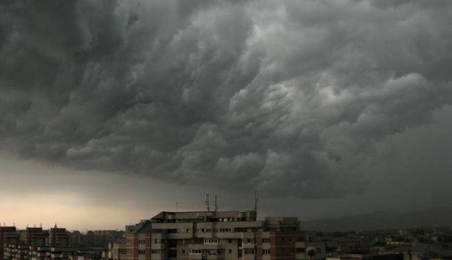 Foto: Furtuni cu fulgere şi ploi torenţiale, astăzi şi mâine, pe litoral