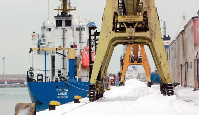 Foto: Porturile maritime româneşti, paralizate de furtună