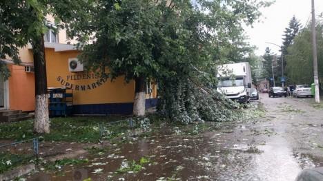 Foto: PLANUL ROŞU DE URGENŢĂ, activat / O persoană a murit, mai multe sunt rănite în urma unei furtuni puternice