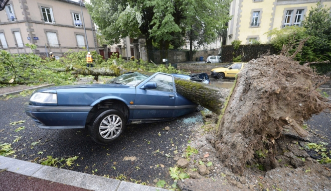 """Foto: Furtuna """"Zeus"""" a măturat Franţa. Oameni morţi şi sute de mii de case afectate"""