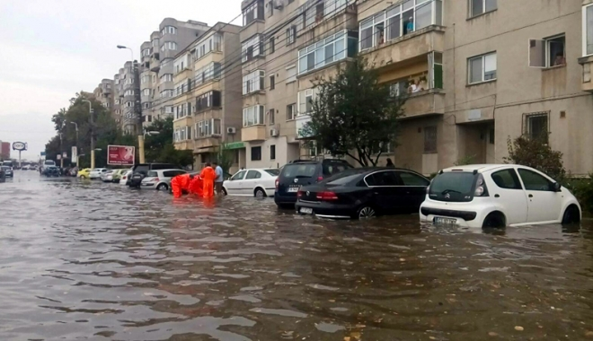 Foto: Vijelii �i inunda�ii la Constan�a. A plouat �ntr-o zi c�t pentru o lun�