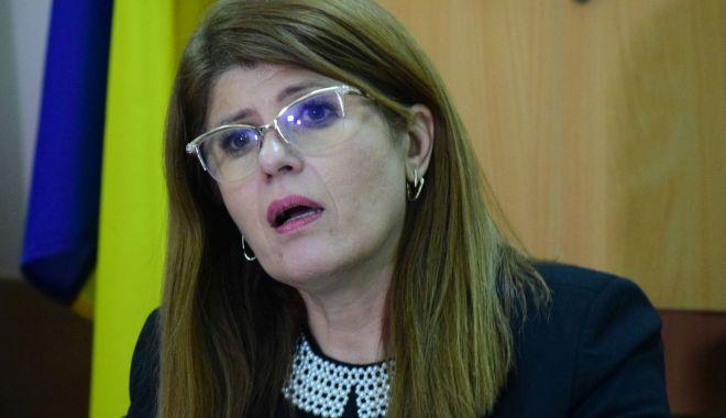 Foto: Se cere demisia Gabrielei Bucovală.