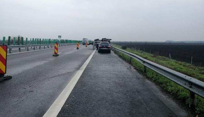GALERIE FOTO. Accident pe Autostrada Soarelui. O remorcă încărcată cu două autoturisme s-a răsturnat - galeriefotoaccident4-1618911546.jpg