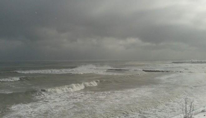 Foto: Galerie foto / Spectaculos. Marea Neagră a înghiţit plaja de la Eforie