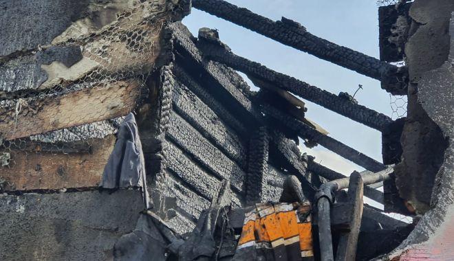 GALERIE FOTO. Casă distrusă de flăcări, în judeţul Constanţa - galerieincendiu-1632316522.jpg