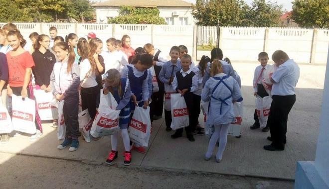 Foto: Găleţi de rechizite pentru elevii din comuna Târguşor
