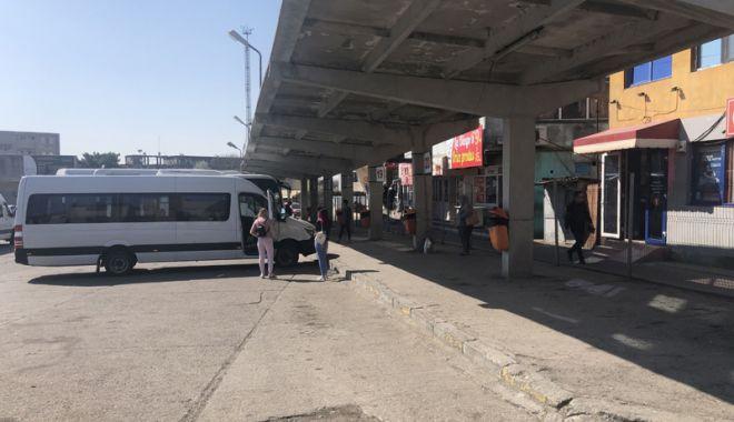 Mizerie, peroane cu iz de bodegă, maidanezi, trotuare sparte - autogările Constanţei