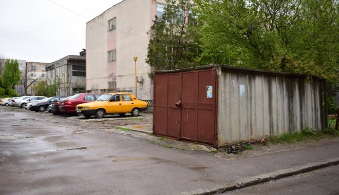 """Foto: """"E o ţigănie de la un capăt la altul!"""" Cine  nu vrea să scăpăm de garajele dintre blocuri"""