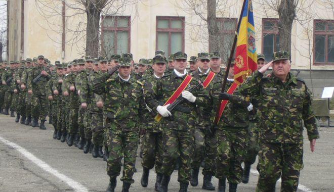"""Foto: Garda de onoare a Brigăzii 9 Mecanizate """"Mărăşeşti"""" defilează la Constanţa"""