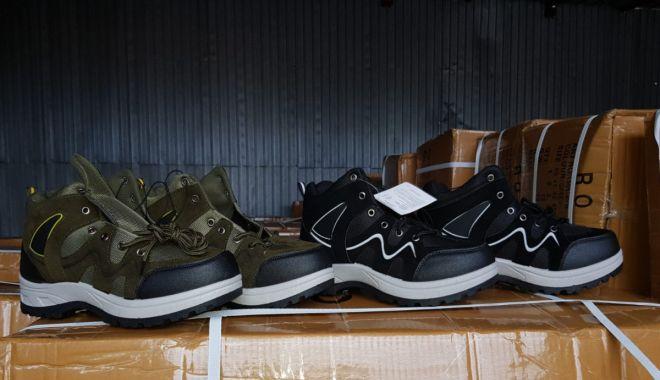 Foto: Încălţăminte şi articole vestimentare posibil contrafăcute, confiscate la Constanţa