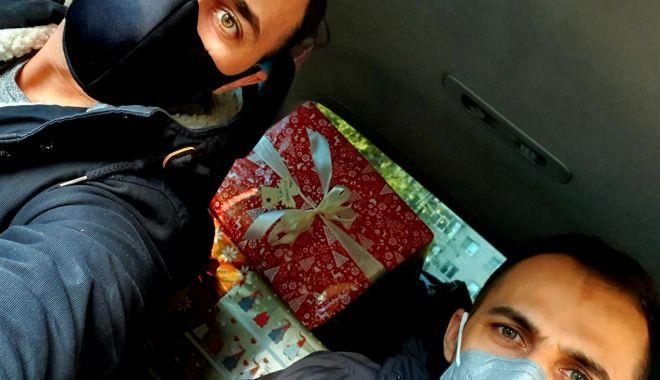 Doi polițiști de frontieră, ajutoarele lui Moș Crăciun la Constanța - gardadonatii1-1607013004.jpg