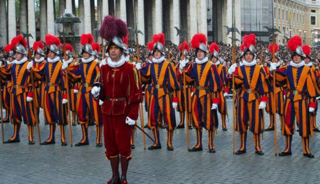 Garda Elveţiană Pontificală va purta coifuri din plastic imprimate 3D - gardaelvetiana-1525694678.jpg