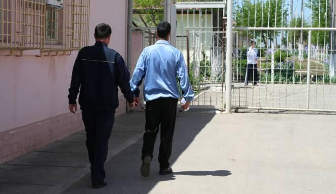 Foto: Gardienii din penitenciare vor putea veni cu telefoanele mobile la serviciu