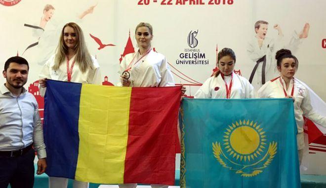 Foto: Gemenele Livia şi Andreea Cotoban, campioane mondiale la karate