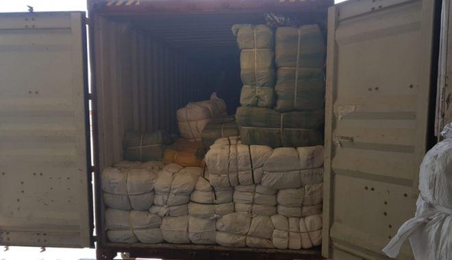 Foto: Ghiozdane contrafăcute, confiscate  în Portul Constanţa Sud Agigea