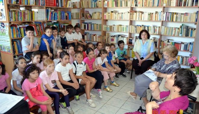 """Foto: Emoţionantă lansare de carte la Şcoala """"Gheorghe Ţiţeica"""""""