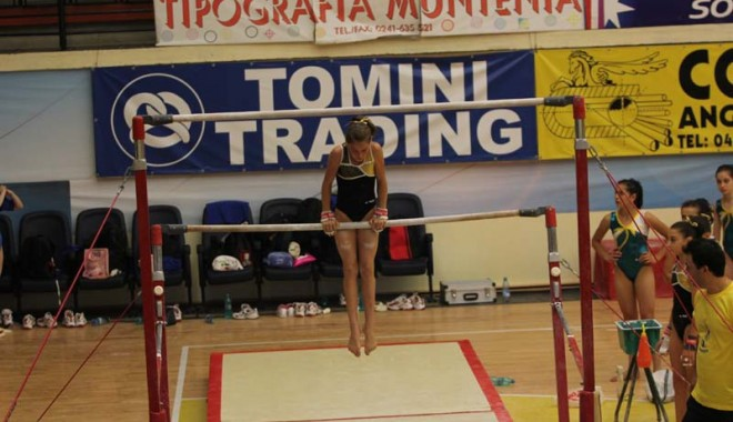 """Foto: Gimnastele se """"încălzesc"""" pentru Naţionale la Cupa """"Nadia Comăneci"""" şi Cupa """"Cetate Deva"""""""