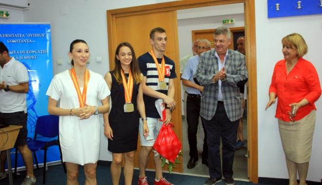 Foto: Aerobicii medaliaţi la Mondiale, primiţi cu flori şi aplauze la FEFS
