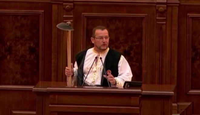 Un senator PSD a venit cu sapa în Parlament pentru a-l ironiza pe Klaus Iohannis, după ce președintele a recomandat golful - golf-1632323262.jpg