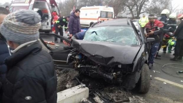 Foto: GRAV ACCIDENT RUTIER. Cinci victime, după ce autoturismul lor s-a lovit de un cap de pod