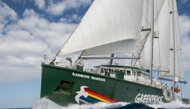 """Foto: Nava Greenpeace, """"Rainbow Warrior"""", ancorează în Portul Constanţa"""