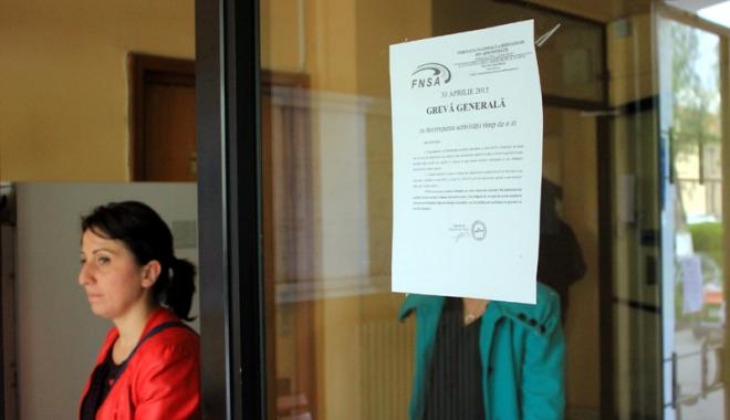 Foto: Funcţionarii publici ameninţă cu grevă de o zi