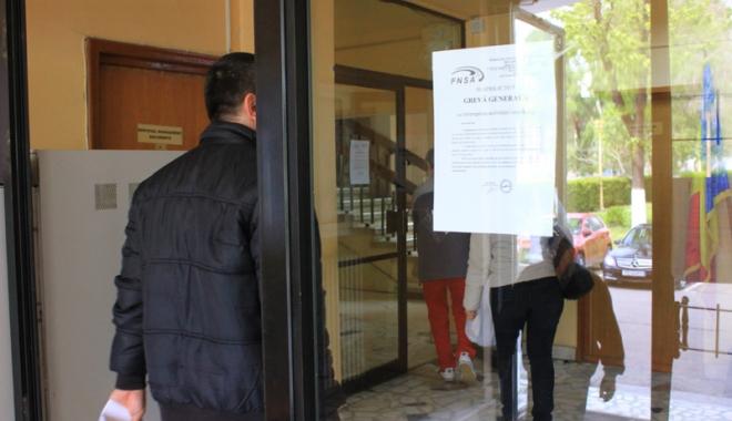 Foto: Grevă la Constanţa. Angajaţii din Primărie nu lucrează astăzi