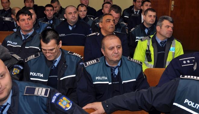 Foto: Poliţiştii, luaţi de fraieri? Cine joacă alba-neagra cu salariile lor
