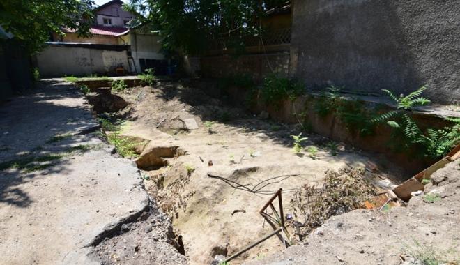 "Foto: Sarabanda ilegalităţilor! Scandalul  ""gropii"" din strada Sarmizegetusa"
