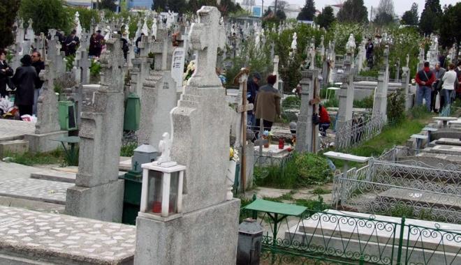 """Foto: Groparii din cimitir, reclamaţi. """"Cer bani mulţi şi defilează ca la club!"""""""