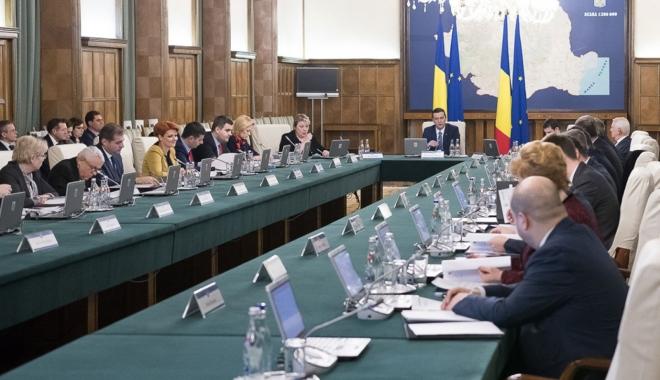 Foto: Miniştrii, convocaţi la şedinţa de Guvern