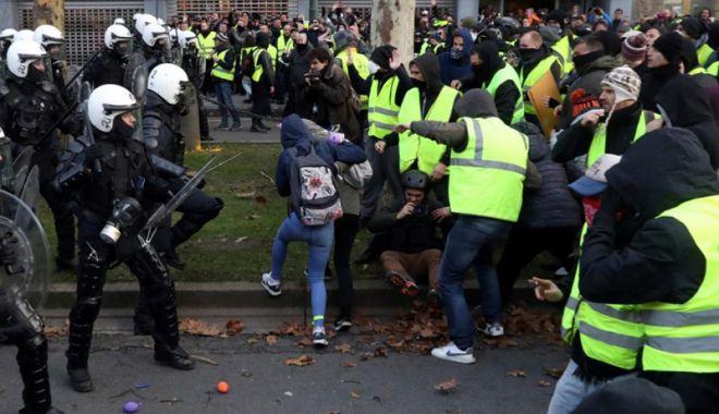 Foto: Guvernul francez propune o primă  de 300 de euro pentru poliţiştii  şi jandarmii mobilizaţi