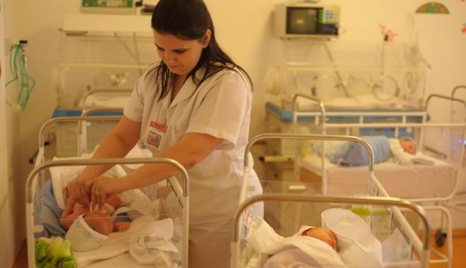 Foto: Zeci de copii de 4 - 6 luni bolnavi cu afecţiuni respiratorii. Cei mai mulţi nu sunt îngrijiţi şi hrăniţi corespunzător
