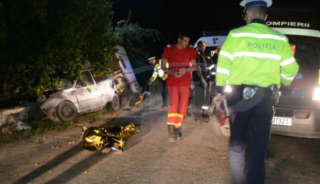 Foto: TRAGEDIE RUTIERĂ! TREI OAMENI SPULBERAŢI DE O MAŞINĂ CU RULOTĂ! Doi morţi, doi răniţi