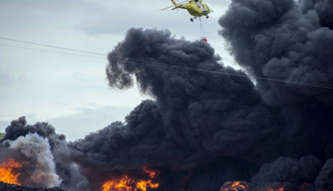 Foto: Incendiu devastator pe o nav� �nc�rcat� cu autoturisme