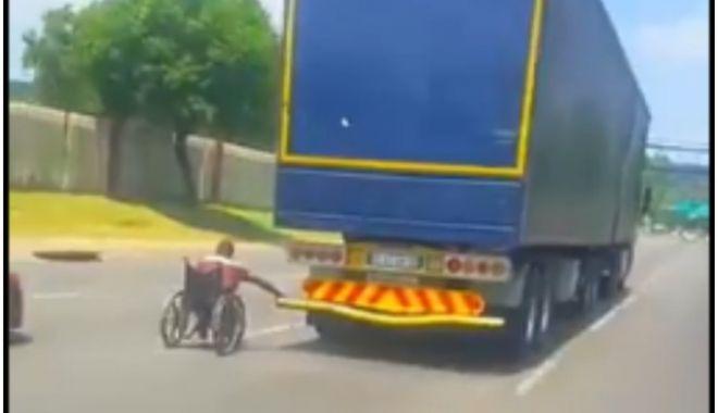 Foto: Imagini surprinse pe autostradă: un bărbat în scaun cu rotile s-a prins de un TIR
