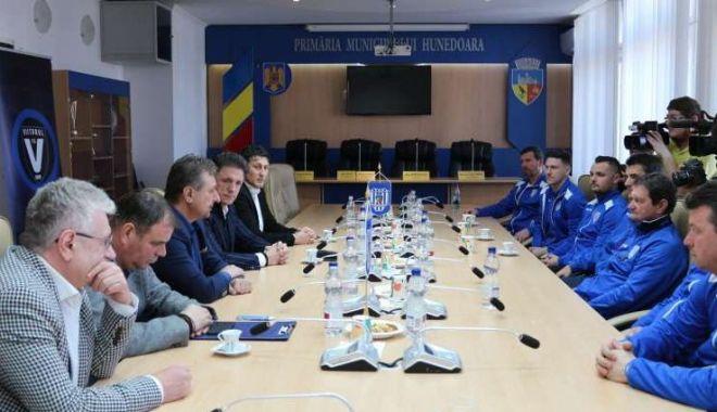 Foto: Parteneriat între FC Viitorul, Academia Hagi și CS Hunedoara