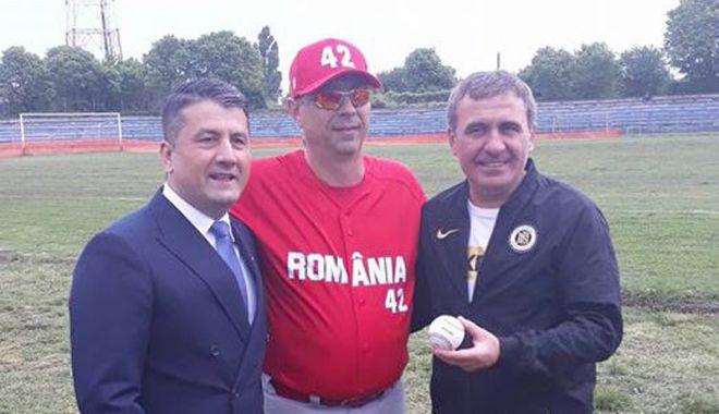 Foto: Hagi, aruncare perfectă la meciul de baseball România - SUA