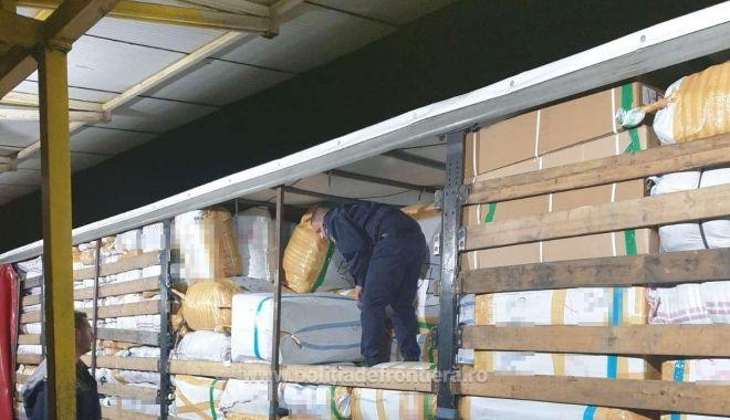 VIDEO. Haine contrafăcute în valoare de un milion de euro, confiscate de poliţiştii de frontieră - haine32-1623655707.jpg