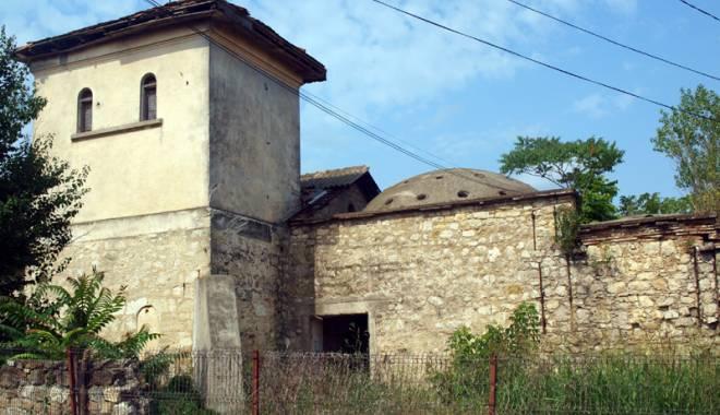 Foto: Cine ne salvează trecutul? Clădire - monument de sute de ani, înghiţită de bălării şi uitare