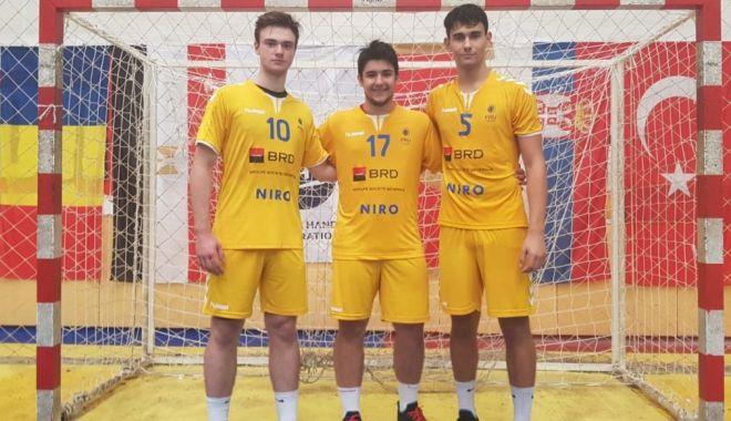 """Foto: Trei juniori de la HC Dobrogea Sud, la Trofeul Carpați. """"Privim înainte cu optimism!"""""""