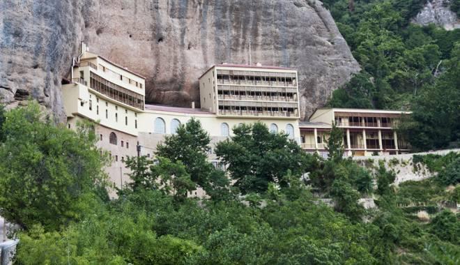 Preoți români arestați în Grecia după ce au furat moaștele Sf. Haralambie - haralambie-1444238199.jpg