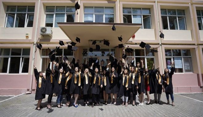 """Foto: """"Rămas bun, dragi profesori!"""", mesajul elevilor de la Liceul din Hârșova"""
